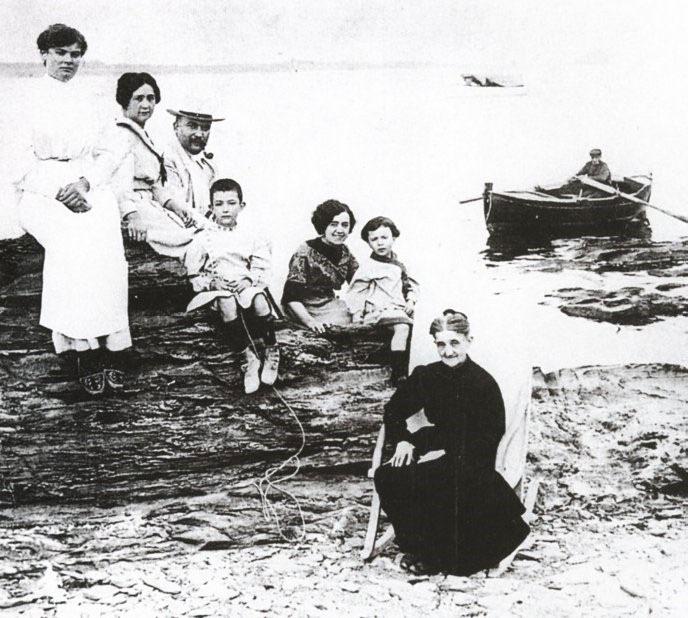 خانواده دالی به همراه خاله ها و مادر بزرگ و خواهر